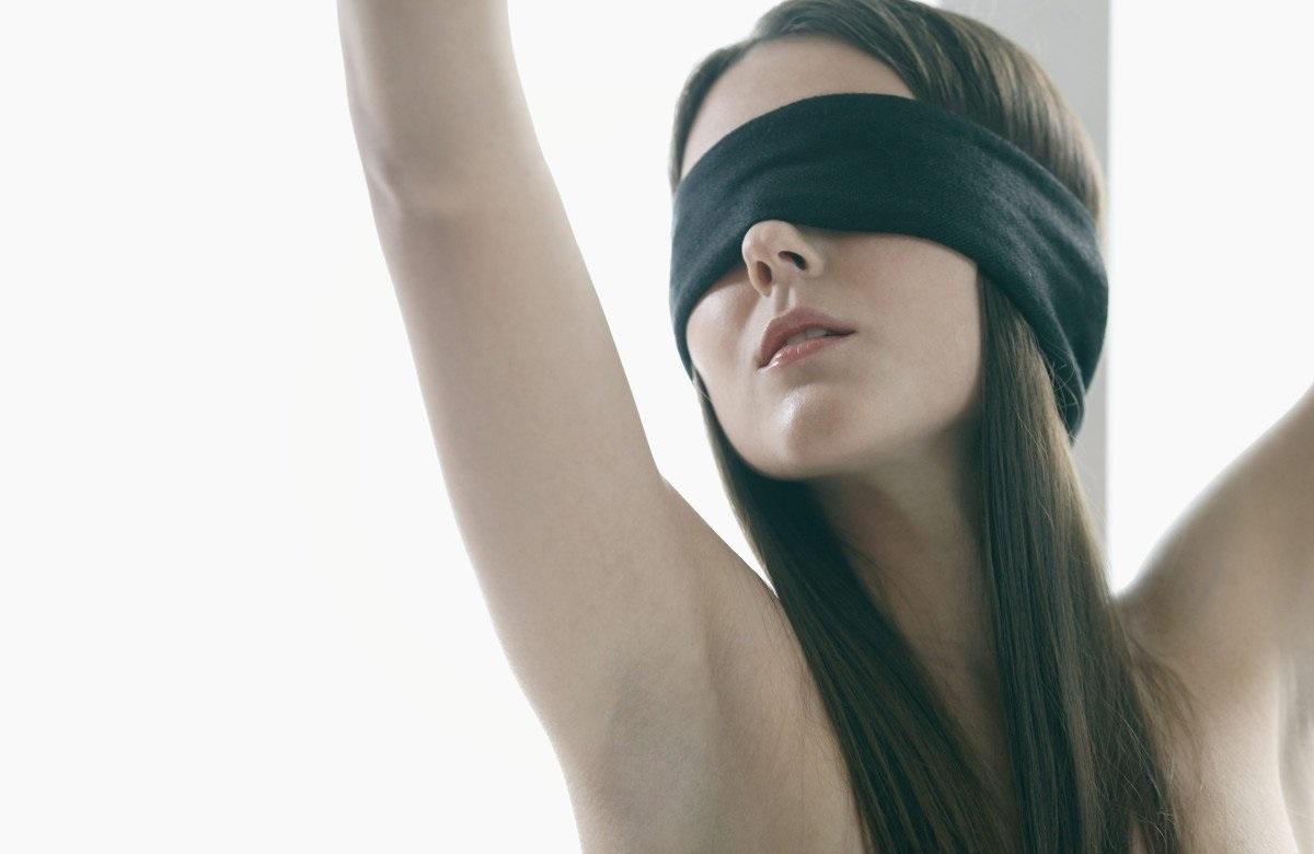 Эротика завязал глаза, Завязал глаза и обманул: порно видео онлайн, смотреть 6 фотография